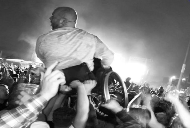 Watch Eager Crowds Help A Fan In Wheelchair At Liam Gallagher Show