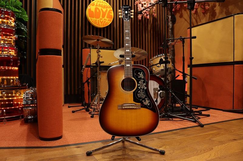 Noel-Gallagher-Donates-Guitar