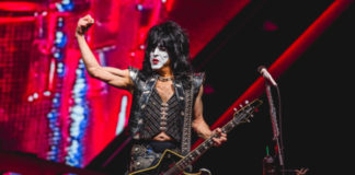 Paul Stanley photographed without a mask after testing positive for covid-19